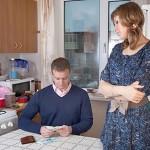 Жена и муж считают деньги
