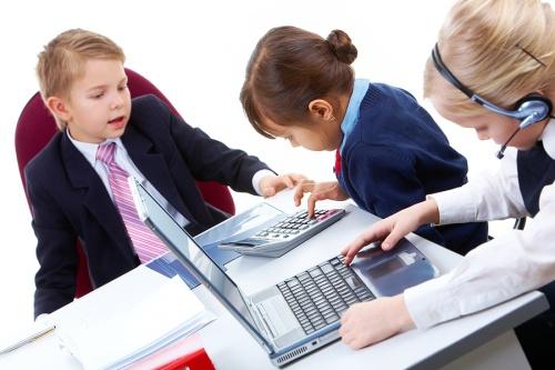Продолжительность рабочего дня несовершеннолетних работников и условия заключения с ними трудового договора зависят от их возраста